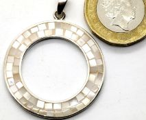 925 silver mother of pearl circular pendant, D: 31 mm. P&P Group 1 (£14+VAT for the first lot and £