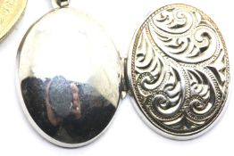 925 silver vintage engraved oval locket, L: 20 mm, clasp fully functional. P&P Group 1 (£14+VAT