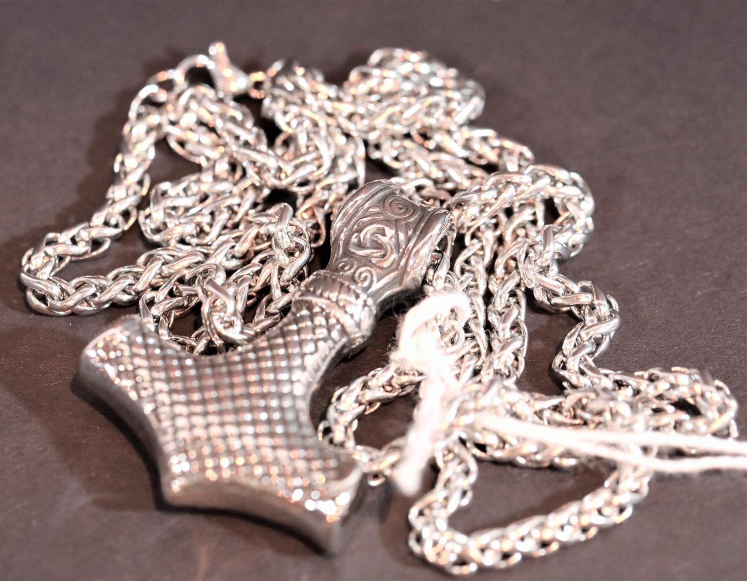 White metal Mjolnir Thor's Hammer pendant on matching chain, L: 4 cm. Not available for in-house P&P