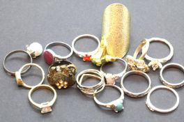 Sixteen mixed fashion rings. P&P Group 1 (£14+VAT for the first lot and £1+VAT for subsequent lots)