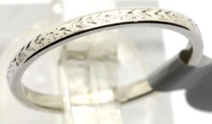 Platinum antique engraved wedding band, size K, 2.0g. P&P Group 1 (£14+VAT for the first lot and £