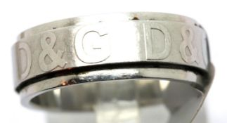 Stainless steel spinner wedding band, size S. P&P Group 1 (£14+VAT for the first lot and £1+VAT