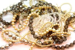 Quantity of pearl type costume necklaces. P&P Group 1 (£14+VAT for the first lot and £1+VAT for