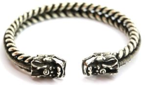 White metal Tibetan silver twisted rope effect bangle with dragon head finials. P&P Group 1 (£14+VAT