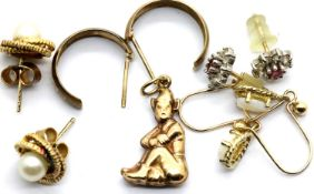 Four pairs of 9ct gold earrings and a 9ct gold pendant, combined 5.8g. P&P Group 1 (£14+VAT for