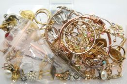 Quantity of gold coloured rings, costume necklaces, brooches etc. P&P Group 1 (£14+VAT for the first