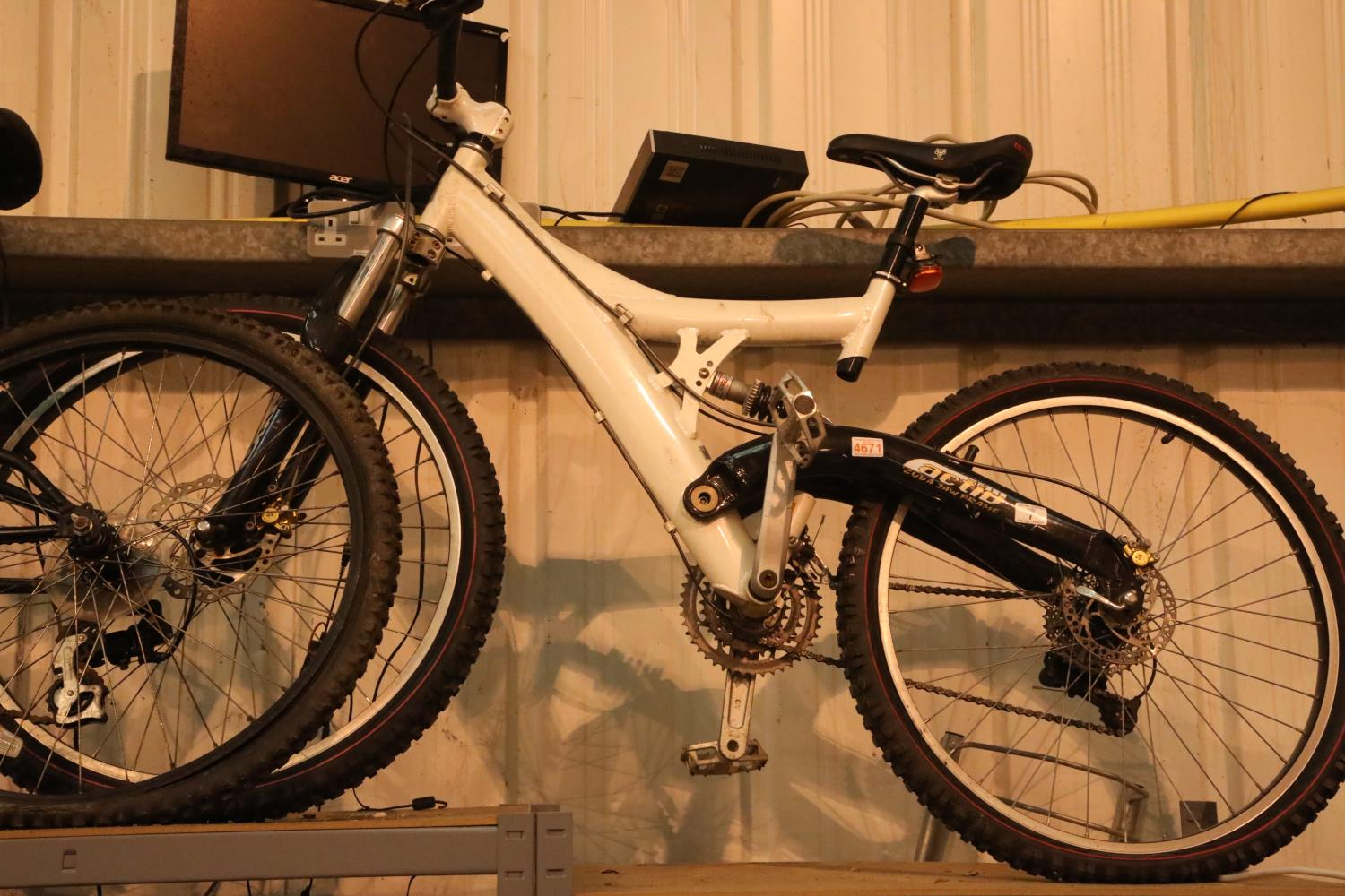 """Amoeba Activ monoshock 27 gear bike with 18"""" cuda jaw frame. Not available for in-house P&P, contact"""