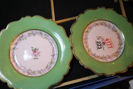 Pair of Victorian cabinet plates. P&P Group 2 (£18+VAT for the first lot and £3+VAT for subsequent
