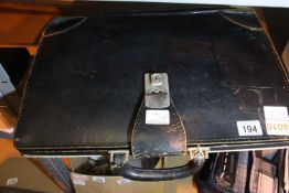 Vintage leather effect gents briefcase. P&P Group 1 (£14+VAT for the first lot and £1+VAT for