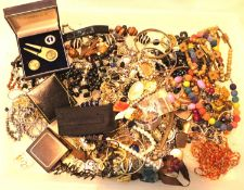 Tray of unsorted costume jewellery and watches. P&P Group 2 (£18+VAT for the first lot and £3+VAT
