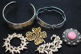 Costume jewellery brooches and bangles. P&P Group 1 (£14+VAT for the first lot and £1+VAT for