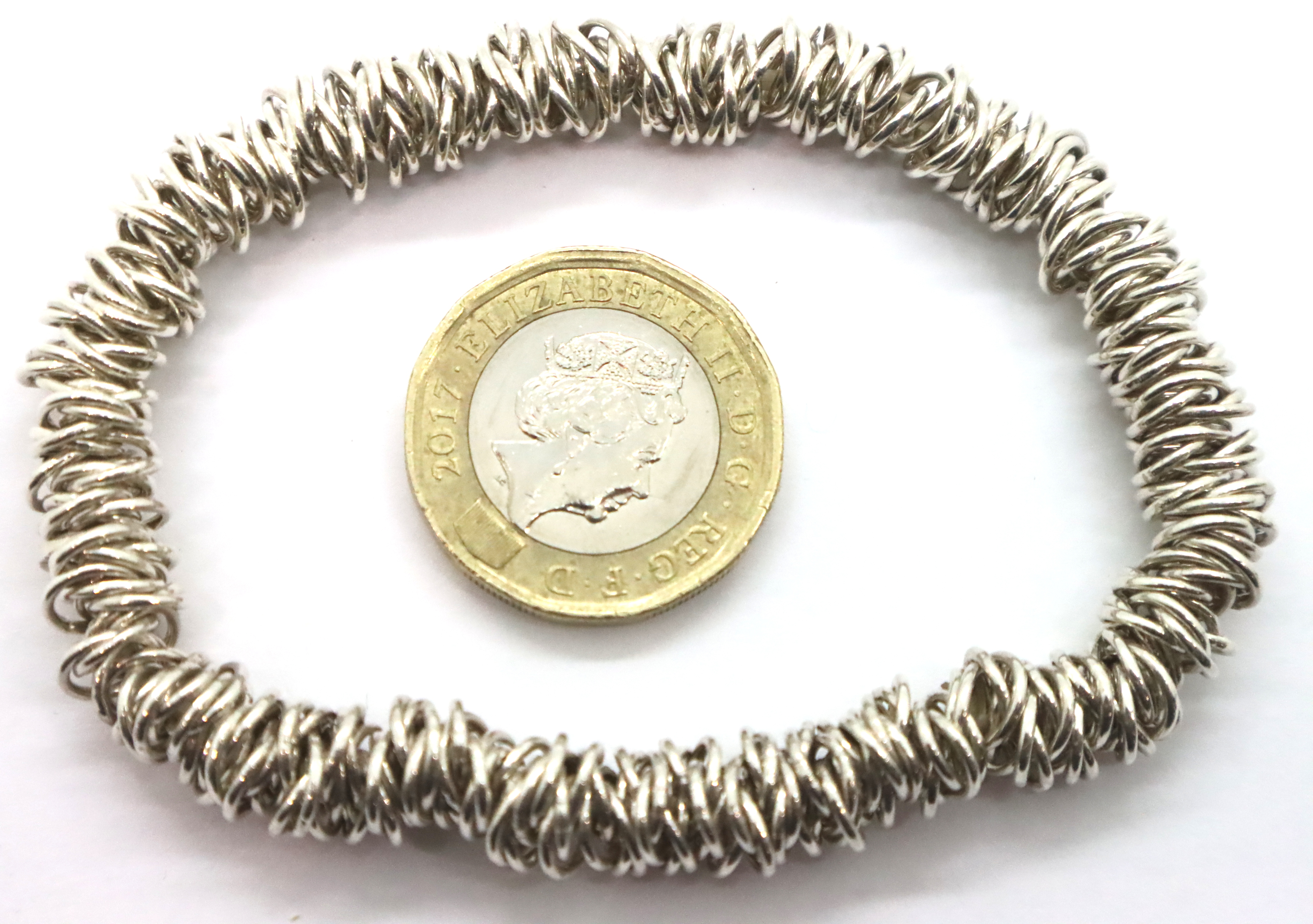 Silver elasticated bracelet. P&P Group 1 (£14+VAT for the first lot and £1+VAT for subsequent lots)