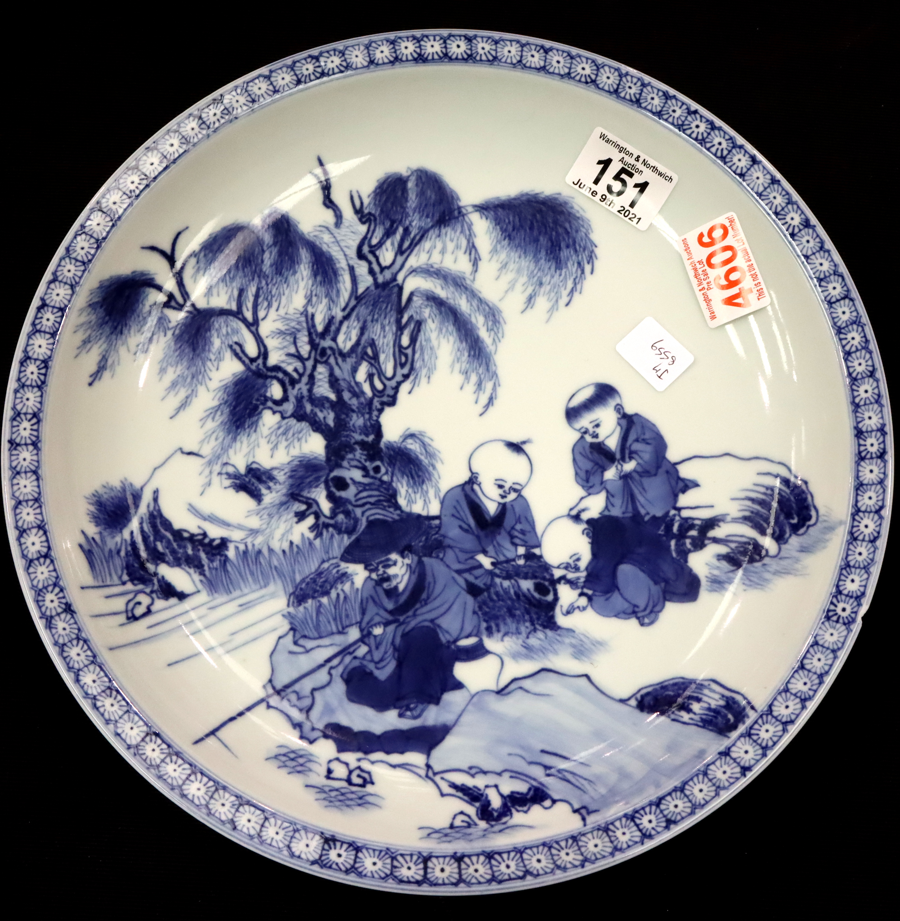 Chinese blue and white hand painted bowl. P&P Group 3 (£25+VAT for the first lot and £5+VAT for