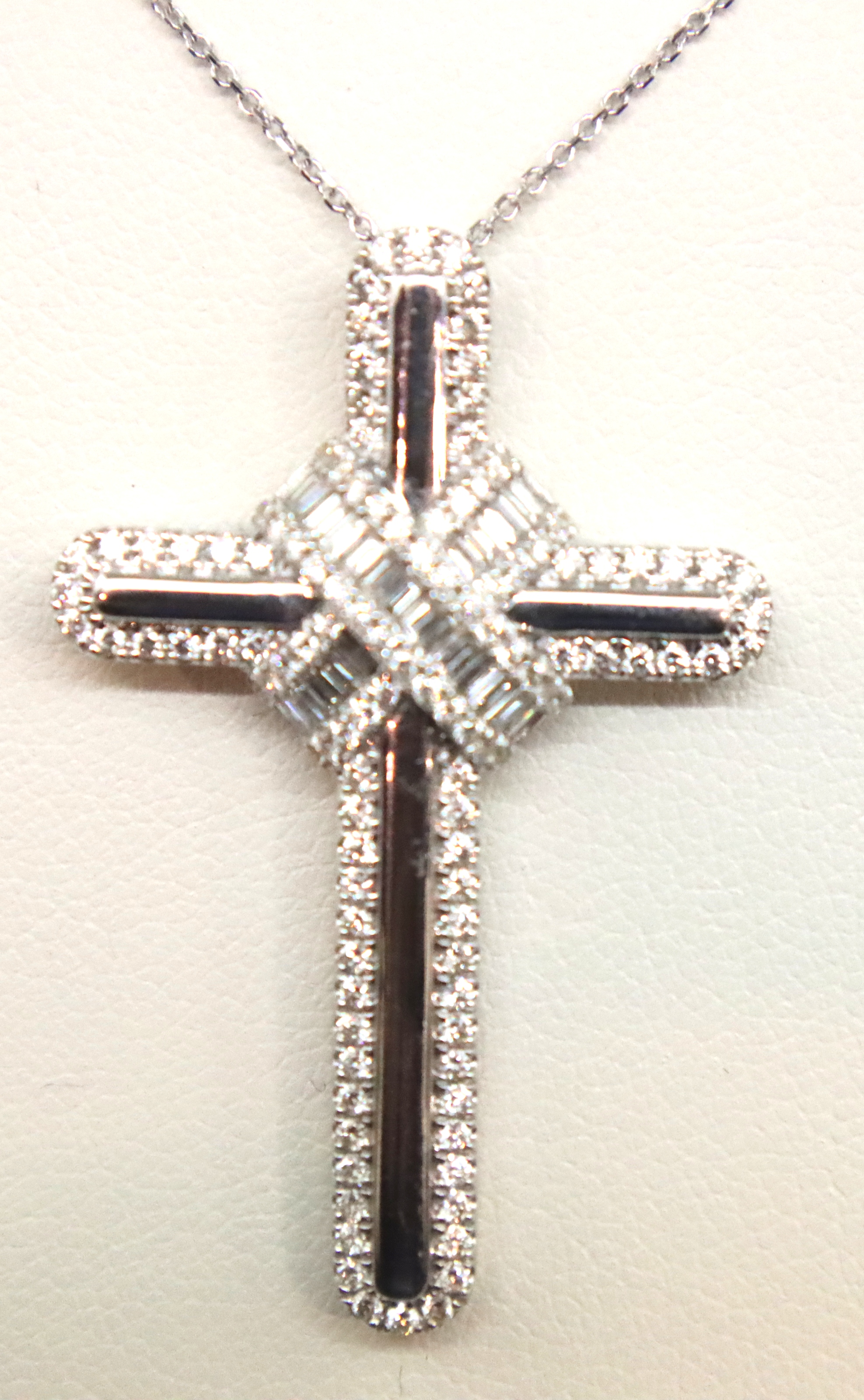 18ct gold diamond cross pendant with 0.96ct of diamonds on a 18ct white gold chain. P&P Group 1 (£ - Image 3 of 6