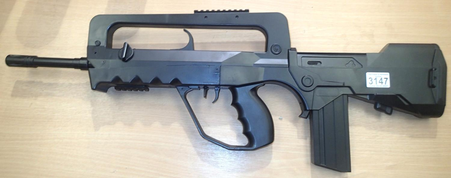 Replica BB firing FAMAS gun. P&P Group 3 (£25+VAT for the first lot and £5+VAT for subsequent lots)