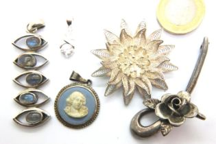 Two silver brooches and three silver pendants, combined 40g. P&P Group 1 (£14+VAT for the first