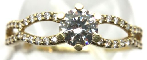 9ct gold solitaire dress ring with stone set shoulders, size Q, 1.5g. P&P Group 1 (£14+VAT for the