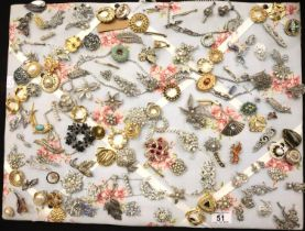 Quantity of costume jewellery brooches. P&P Group 1 (£14+VAT for the first lot and £1+VAT for