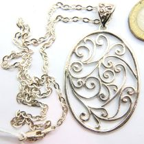 Silver chain with large oval silver pendant, combined 18g. P&P Group 1 (£14+VAT for the first lot