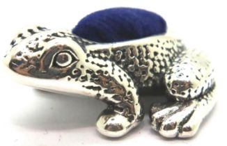 Sterling silver frog pin cushion. P&P Group 1 (£14+VAT for the first lot and £1+VAT for subsequent
