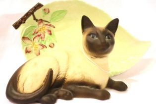 Carlton ware leaf dish and a seat Beswick cat. P&P Group 2 (£18+VAT for the first lot and £3+VAT for