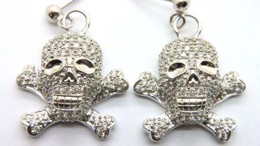18ct white gold 1.5ct diamond skull and crossbones earrings, 8.3g. P&P Group 1 (£14+VAT for the