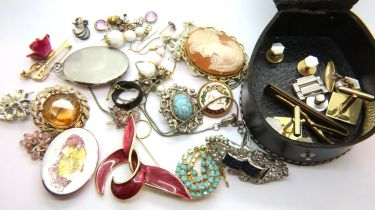 Small quality costume jewellery mainly brooches. P&P Group 1 (£14+VAT for the first lot and £1+VAT