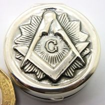 925 silver Masonic pill box, D: 28 mm. P&P Group 1 (£14+VAT for the first lot and £1+VAT for