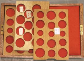 A mahogany coin collectors box with three lift out trays and key. P&P Group 3 (£25+VAT for the first