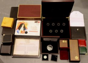Large collection of various empty coin boxes including gold proof sets. P&P Group 1 (£14+VAT for the