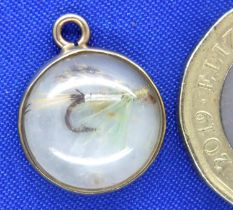 9ct gold mounted mother of pearl pendant with inset fishing fly, D: 14 mm, 1.3g. P&P Group 1 (£14+