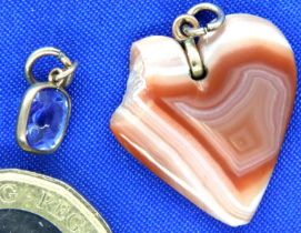 Two stone set pendants, sapphire and agate, each A/F. P&P Group 1 (£14+VAT for the first lot and £