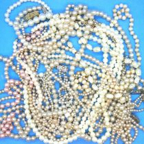 Collection of pearl necklaces, some with silver clasps. P&P Group 1 (£14+VAT for the first lot