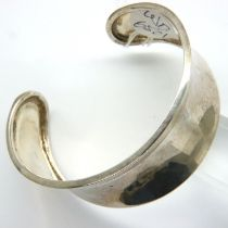 925 silver open bangle, D: 70 mm, 33g. P&P Group 1 (£14+VAT for the first lot and £1+VAT for