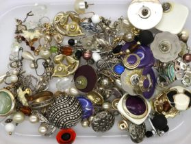 Box of mixed earrings including silver. P&P Group 1 (£14+VAT for the first lot and £1+VAT for