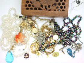 Mixed costume jewellery including a Monet gold plated necklace. P&P Group 1 (£14+VAT for the first