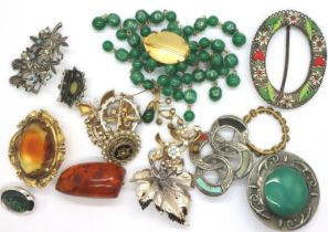 Box of mixed costume jewellery brooches. P&P Group 1 (£14+VAT for the first lot and £1+VAT for