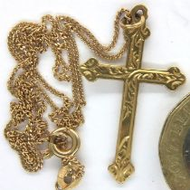 9ct gold cross on chain, 2.2g, cross L: 3 cm. P&P Group 1 (£14+VAT for the first lot and £1+VAT