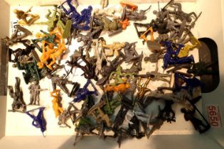 Collection of toy plastic soldiers. P&P Group 1 (£14+VAT for the first lot and £1+VAT for subsequent
