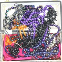Box of mixed costume jewellery beads. P&P Group 1 (£14+VAT for the first lot and £1+VAT for