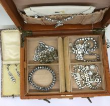Jewellery box containing diamante items. P&P Group 1 (£14+VAT for the first lot and £1+VAT for