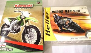 Two motorcycle kits Maisto - Kawasaki KX 450F, Heller - Honda NSR 500 Loris Capirossi, contents