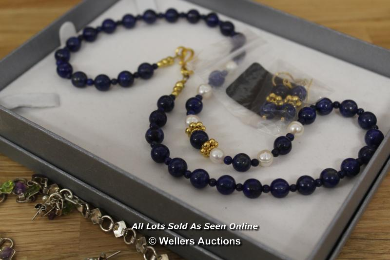ASSORTED COSTUME JEWELLERY INCLUDING BRACELETS, NECKLACES, EARRINGS - Image 2 of 5
