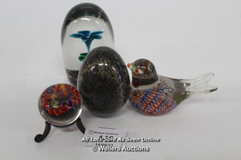 SELECTION OF 3X DECROTIVE BLOWN GLASS PAPER WEIGHTS, AND 1X STONE EGG PAPER WEIGHT