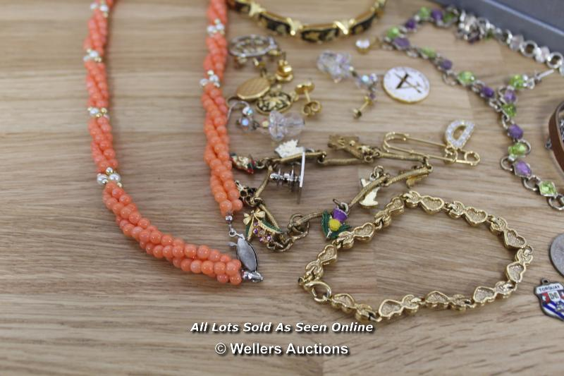 ASSORTED COSTUME JEWELLERY INCLUDING BRACELETS, NECKLACES, EARRINGS - Image 4 of 5