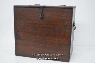 *RUSTIC WOODEN MAHOGANY STORAGE BOX WITH METAL STRAP / 46 X 42 X 25CM [LQD215]