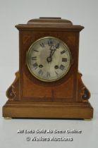 *CIRCA 1900. MAHOGANY MANTLE CLOCK WITH PRETTY BOXWOOD INLAY / WITHOUT KEY [LQD215]
