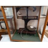 INDUSTRIAL SET OF SCALES IN GLASS CABINE