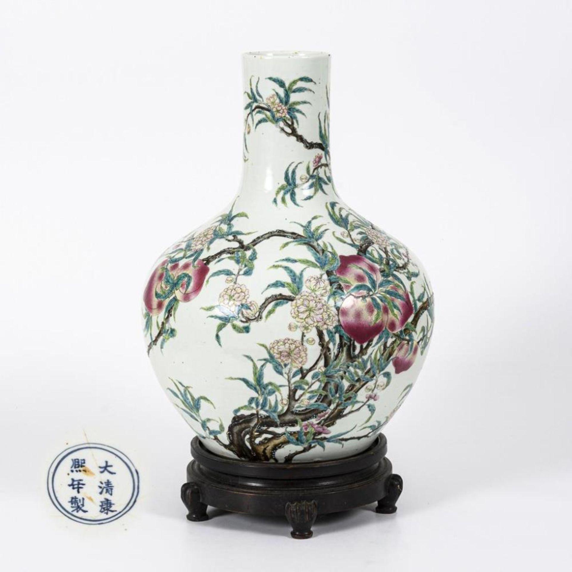 Große, museale Vase mit Pfirsichen und Pfirsichblüten