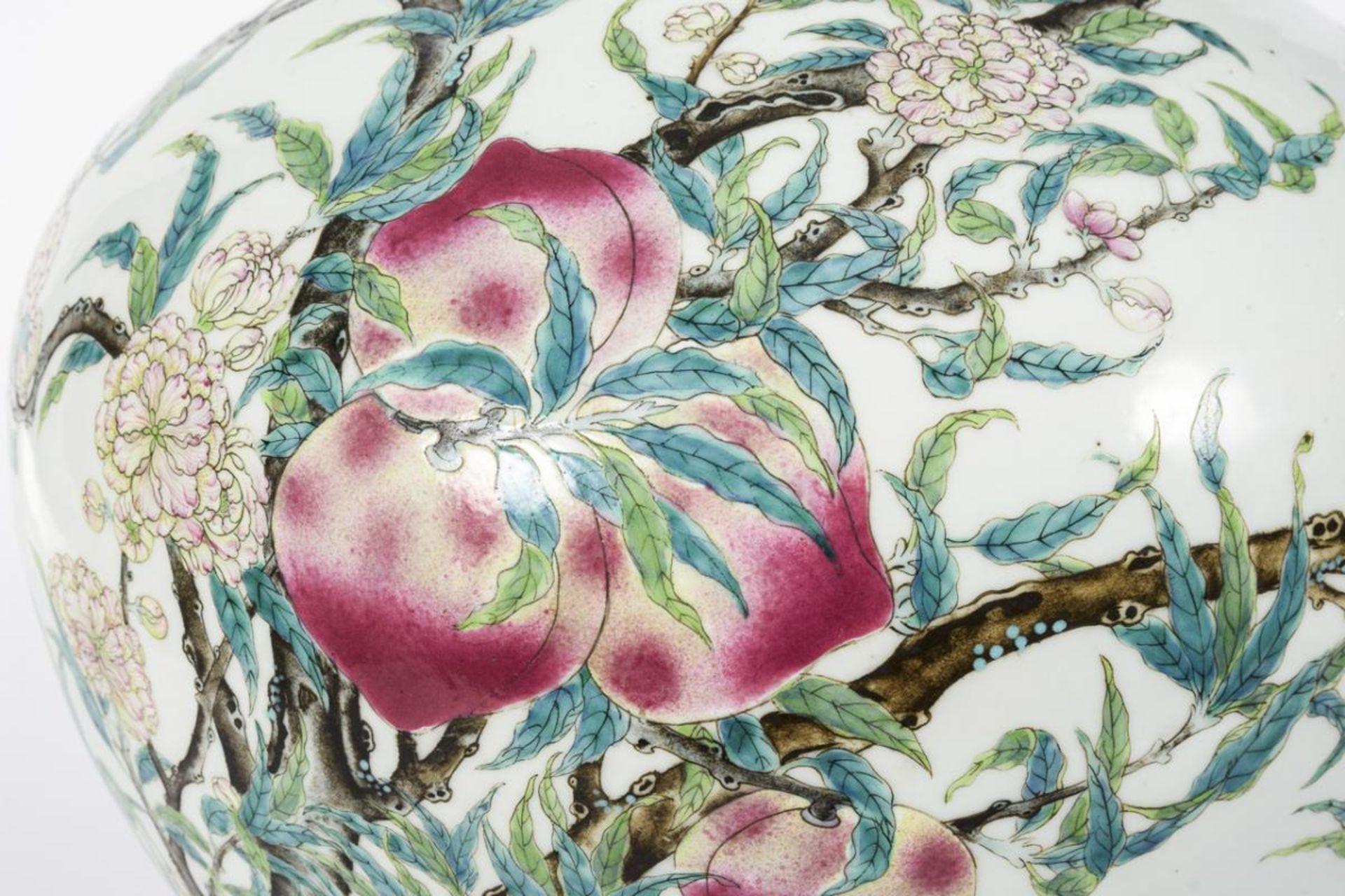 Große, museale Vase mit Pfirsichen und Pfirsichblüten - Image 4 of 10